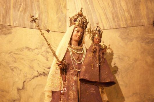 Moderne Garderobe für heilige Maria: Wie das Aachener Domkapitel christliches Kulturerbe profaniert
